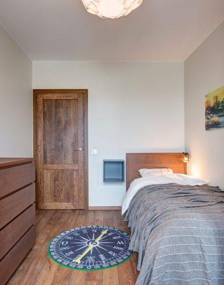 Drewniane dębowe podłogi. Drzwi z litego dębu: model D2F, kolor Orzech 3481.