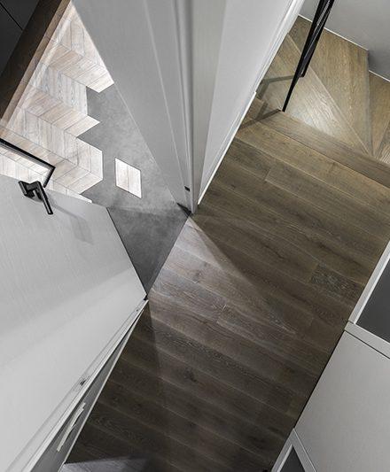 Mediniai laiptai L forma Skaidriai balta Q-3409 Medžio stilius