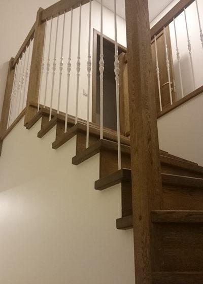 Mediniai laiptai iš ąžuolo masyvo: forma L, spalva Riešutas 3481.
