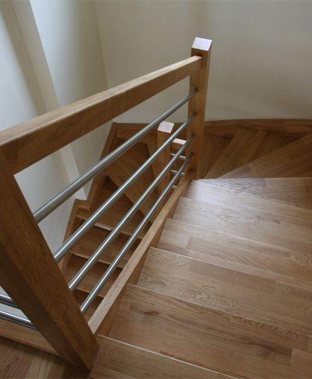 Mediniai ąžuoliniai laiptai: forma U, spalva Bespalvė alyva 3305.