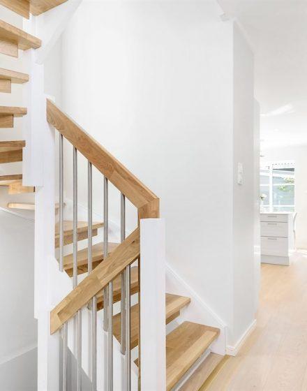 Dębowe podłogi i schody: kolor Bezbarwny olej 3305, schody w formie U