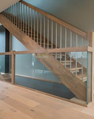 Drewniane schody: I forma, kolor Gruszka 3418.