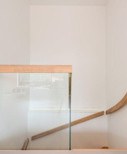 Drewniane dębowe schodyi: w formie U, Przezroczysta biel 3409.