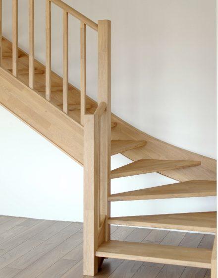 Mediniai laiptai iš ąžuolo masyvo: forma U, spalva Bespalvė 3305.