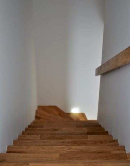 Mediniai laiptai iš ąžuolo masyvo: forma L, spalva Bespalvė 3305.