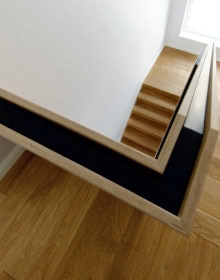 Dębowe schody z litego drewna