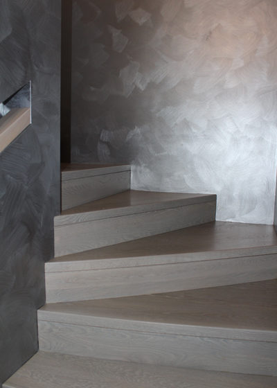 Mediniai laiptai iš ąžuolo: forma L, spalva Nordic N-3408.