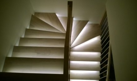 Mediniai ąžuoliniai laiptai U forma 3408 Balta Medžio stilius