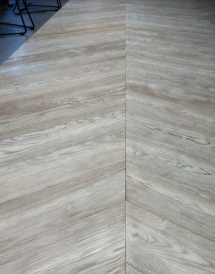 Podłogi drewniane: T-1010 Amiata. Drzwi z litego drewna, kolor 3479 Antique, model Velvet.