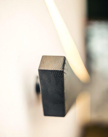 Schody, drzwi i podłogi z litego dębu: kolory 3481 orzech i RAL 9005.