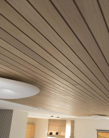 Drewniany dębowy deko sufit.