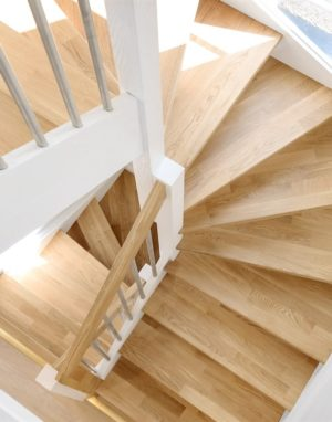 mediniai ąžuolo masyvo laiptai U forma bespalvė alyva 3305 dažyti RAL-9003 Medžio stilius