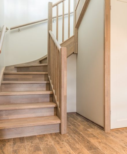 Mediniai ąžuoliniai laiptai: U forma, Skaidriai balta 3409. Medžio stilius