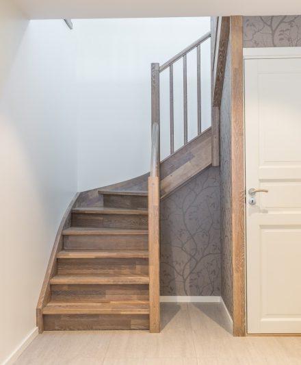 Mediniai ąžuoliniai laiptai: forma U, spalva Riešutas 3481.