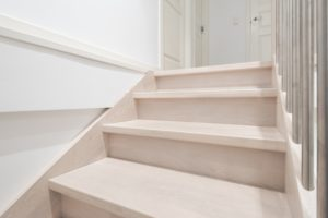 Jasne schody dębowe, kolor Nordic White N3408