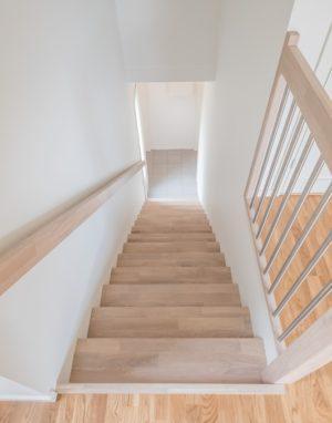 Drewniane dębowe schody: w formie I, Ekstra biel 3408.