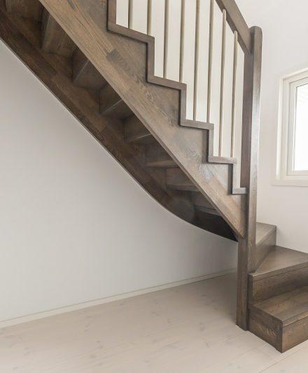 Drewniane dębowe schody: w formi C, Heban 3490.