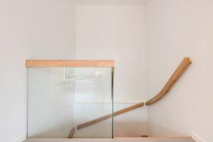 Schody samonośne kolor Bezbarwny 3305 i szklana barierka