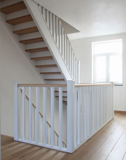 Dębowe schody z litego drewna (Belgia)