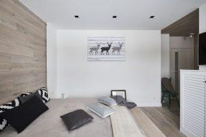 Deski dębowe na ścianach i podłodze, kolor Nordic