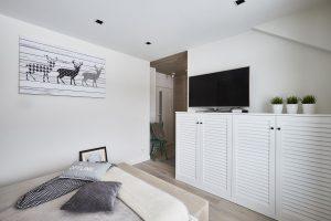 Deski dębowe na ścianach i suficie, kolor Nordic