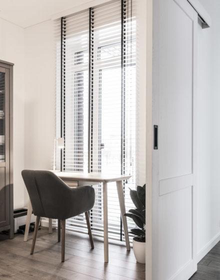 Drewniane dębowe podłogi: Graphite 3477. Dębowe drzwi: model D2F, malowane RAL-9003.