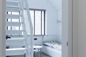 Wykończenia w jasnych odcieniach – dębowe podłogi i schody