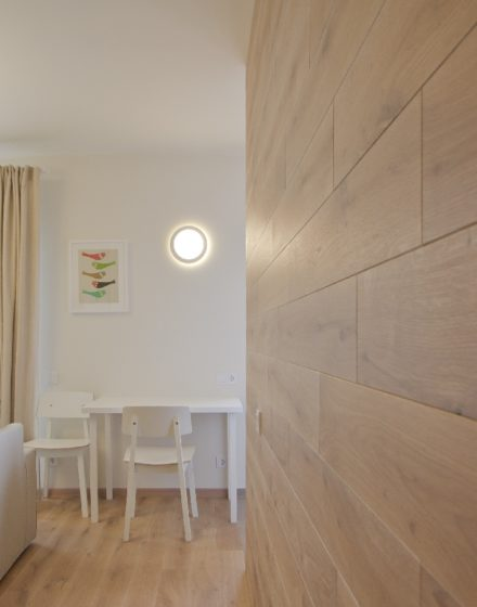 Drewniana dębowa deko ścianka: kolor Przezroczysta biel 3409.