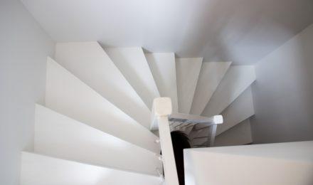 Mediniai ąžuolo masyvo laiptai: IUforma, dažyta baltai RAL-9003 Medžio stilius