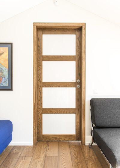 Drewniane dębowe drzwi z litego dębu: model D4F4S, kolor Orzech 3481.