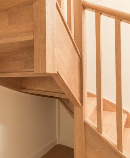 Drewniane dębowe schody: forma U, kolor Gruszka 3418.