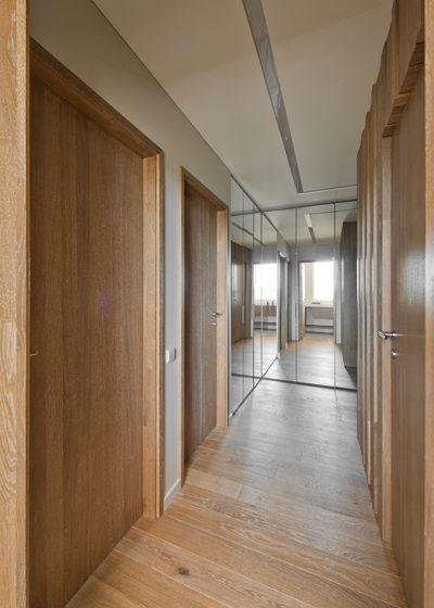Drewniane dębowe podłogi, deko ścianka: Przezroczysta biel Q-3409.