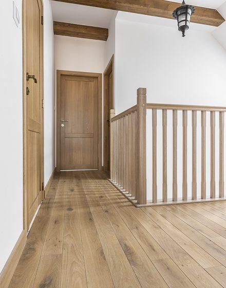 Drewniane dębowe schody: forma U, Orzech 3481.