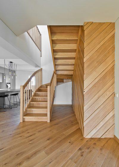 Drewniane dębowe schody, drzwi, deko ścianka: Bezbarwny olej 3305.