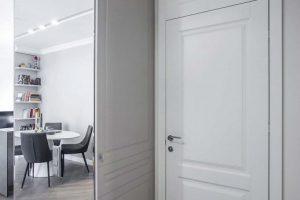 Dębowa podłoga, jodełka francuska, drzwi klasyczne