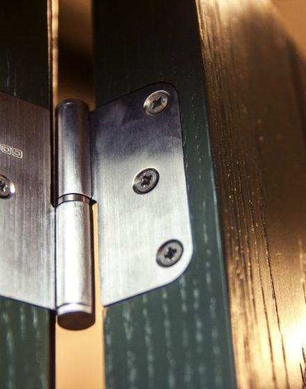 Drzwi z litego drewna: modele D1F i D1S, kolor S7010-G10Y. Podłoga w kolorze: 3481 orzech